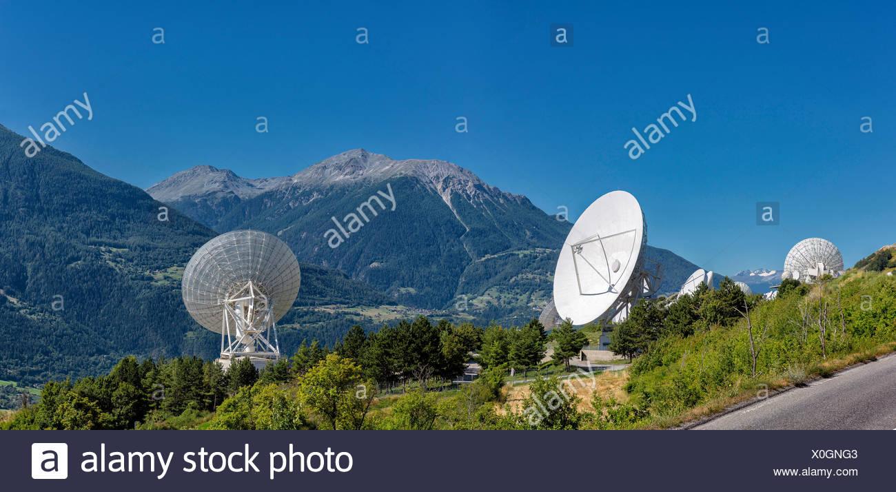 Antennen, Satellitenschüsseln, Landschaft, Sommer, Berge, Hügel, Leuk, Wallis, Valais, Schweiz, Europa, Stockbild