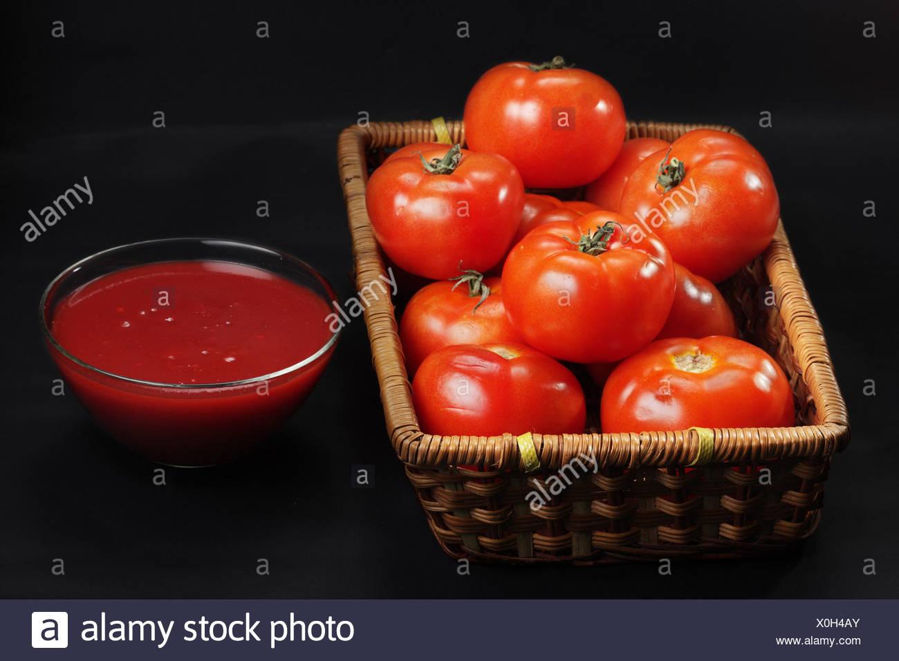 Korb mit nur intakte Tomaten und ketchup Stockfoto