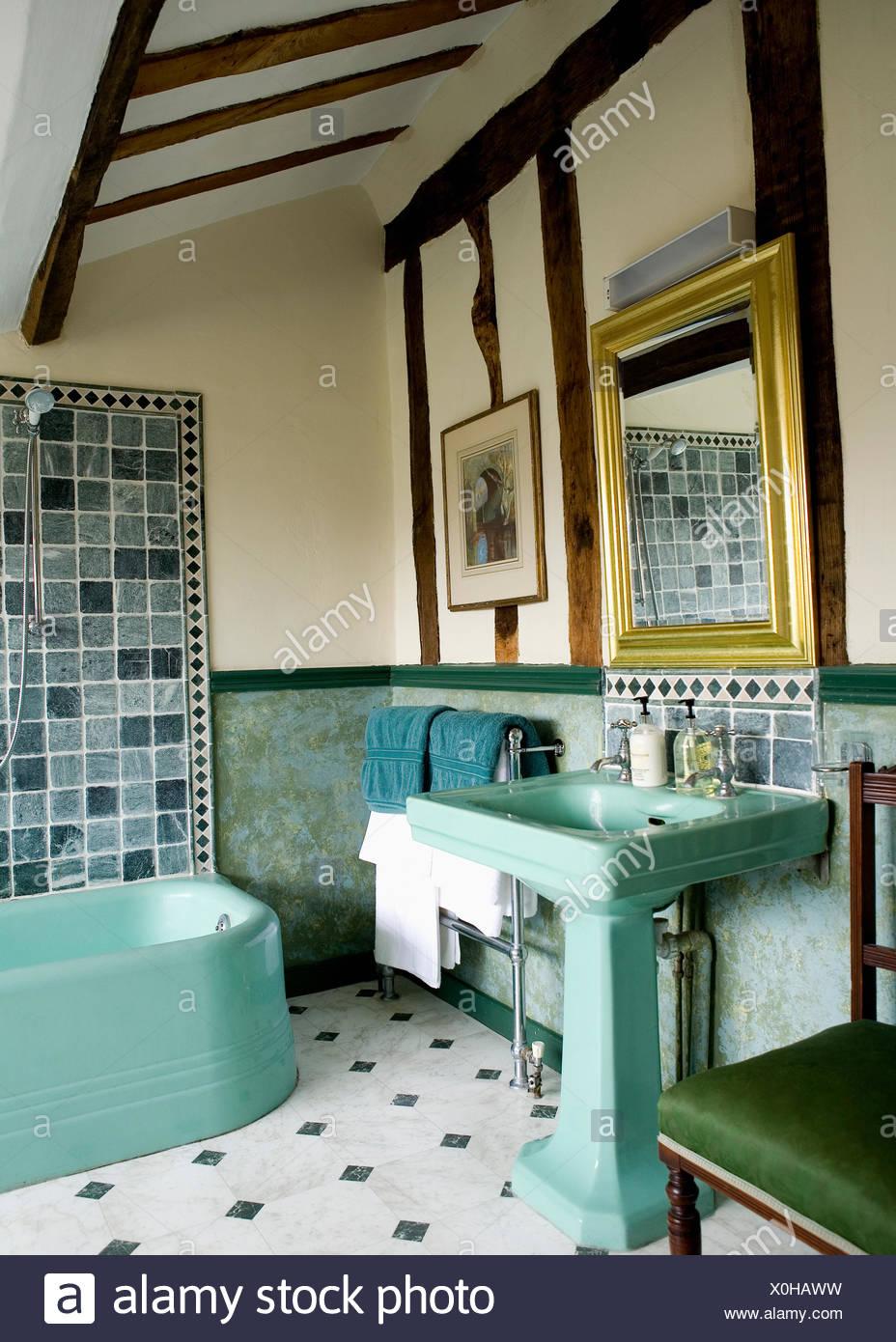 Badezimmer 50Er   50er Jahre Stil Turkisfarbene Becken Und Bad Im Land Badezimmer Mit