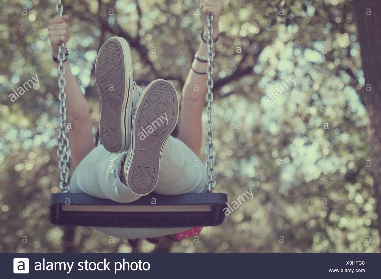Niedrigen Winkel Blick auf ein junges Mädchen auf einer Schaukel Stockbild