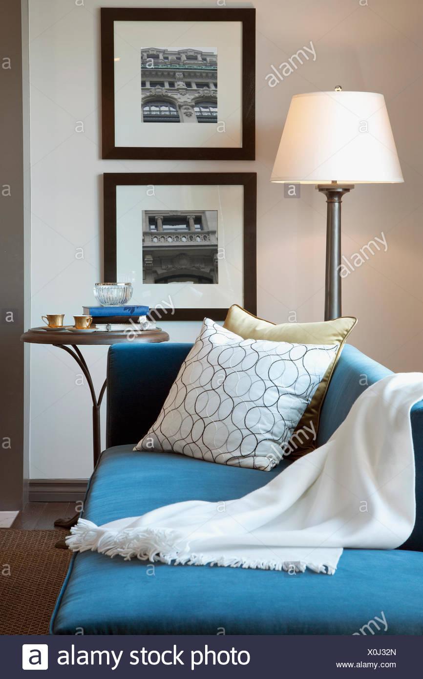 Blaue Chaiselongue im eleganten Wohnzimmer Stockbild