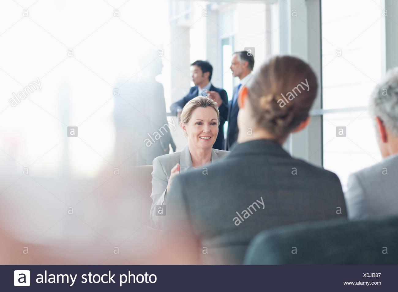 Geschäftsleute treffen im Büro Stockbild