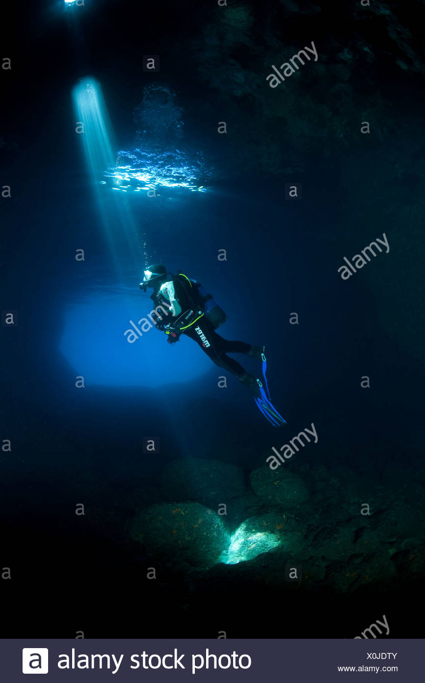 Scuba Diver Silhouette in grünen Höhle, Insel Vis, Adria, Kroatien Stockbild