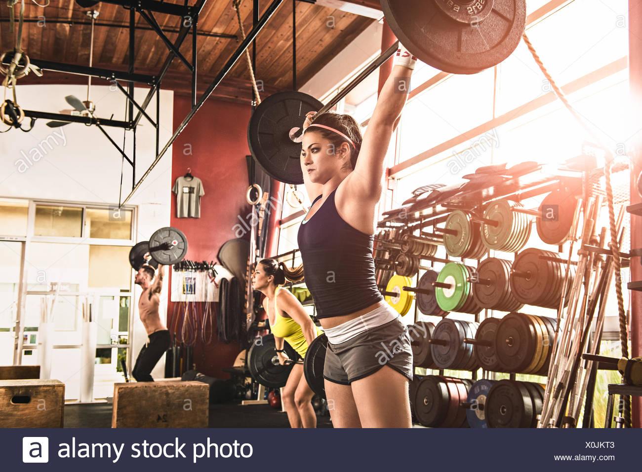 Bodybuilder, die Hantel heben, im Fitness-Studio Stockbild