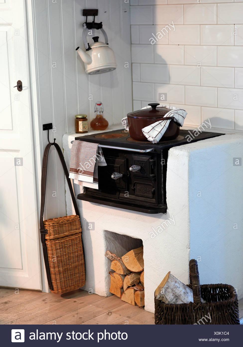 Holzofen in der Küche Stockfoto, Bild: 275784100 - Alamy