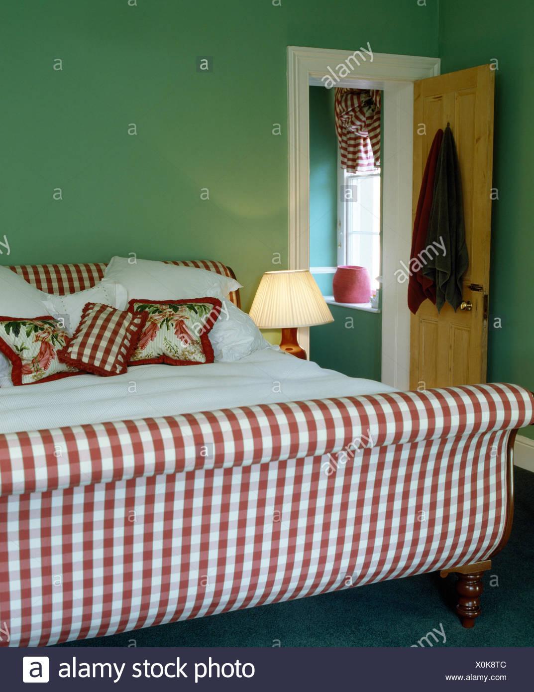 Rot + weiß überprüft Polsterbett mit floralen und ...