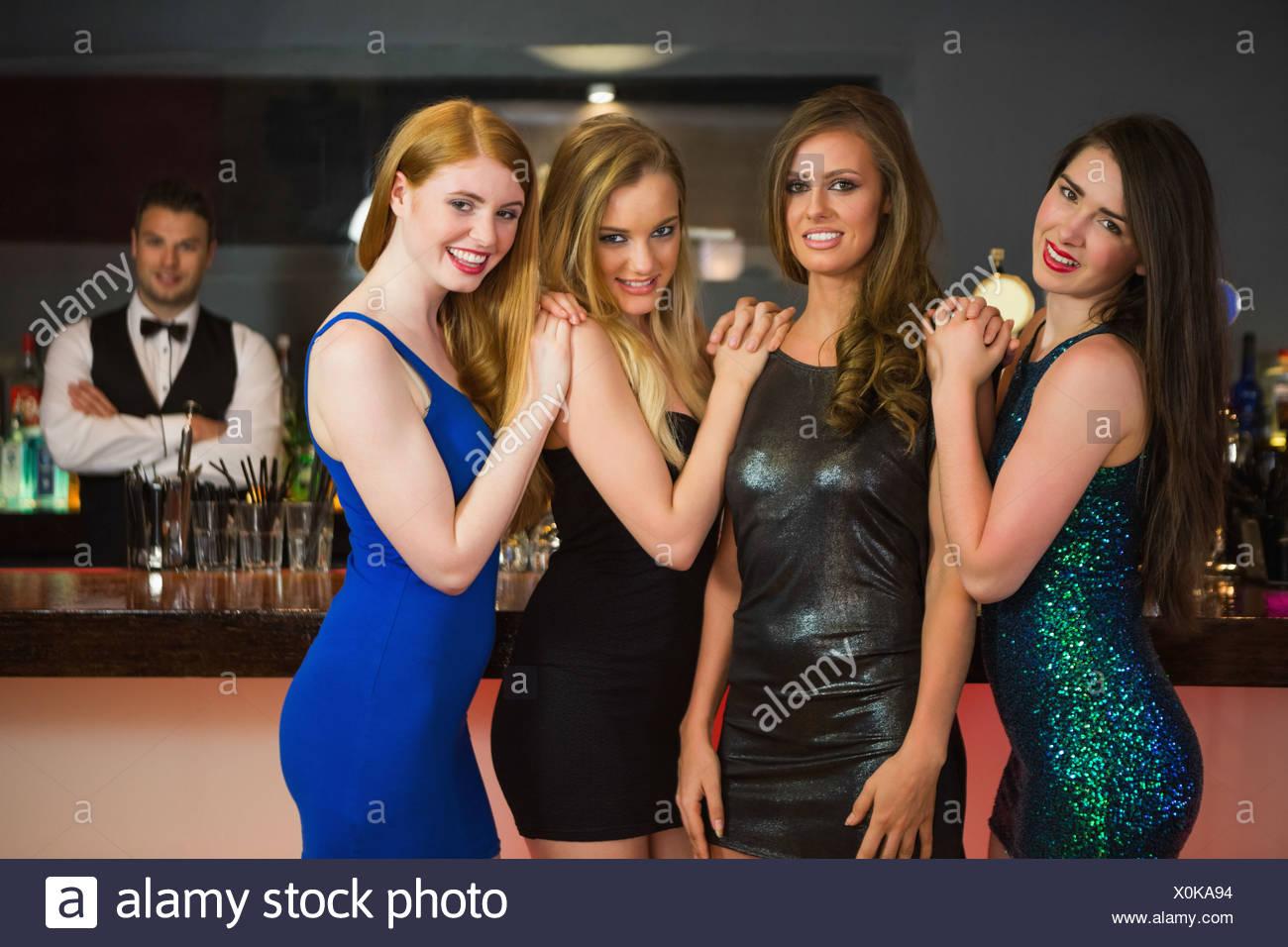 Porträt der happy Friends posiert vor barkeeper Stockbild