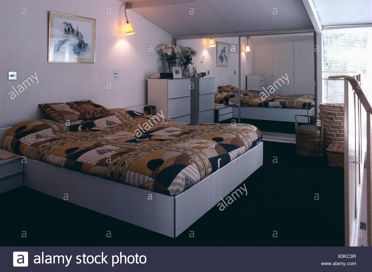 Siebziger Jahre Schlafzimmer mit Alkoven Bett und geometrisch