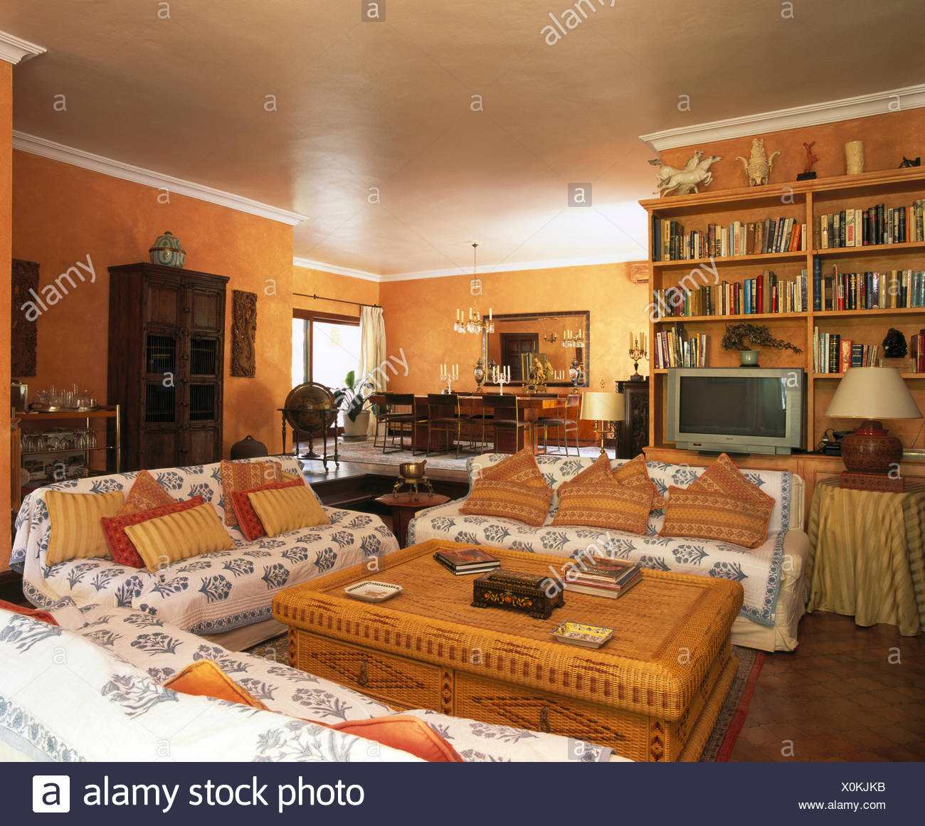 Blau + weiß wirft auf Sofas mit gemusterten Kissen im ...