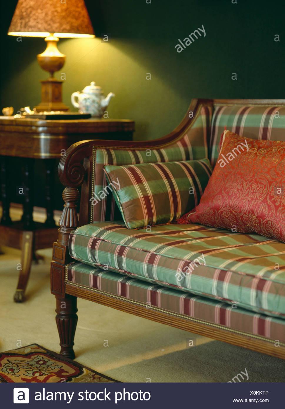 Rot und grün überprüfen Polsterung auf antiken Sofa im dunklen ...