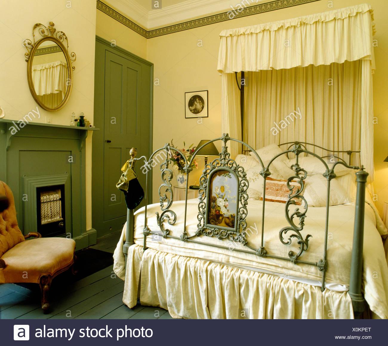 Cremefarbene Vorhänge und Baldachin der reich verzierte antike ...