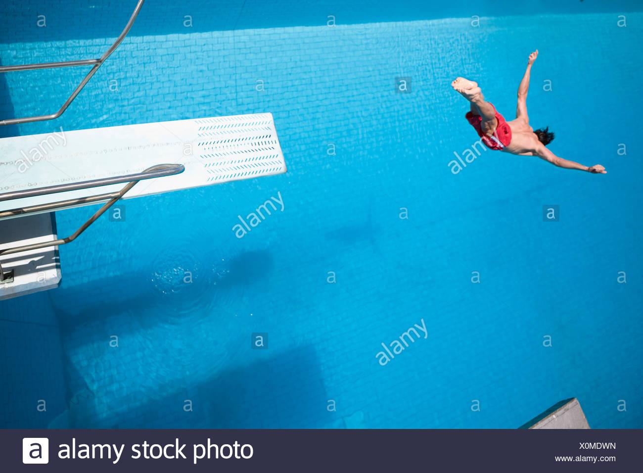 Mann in einen Pool Tauchen Stockbild