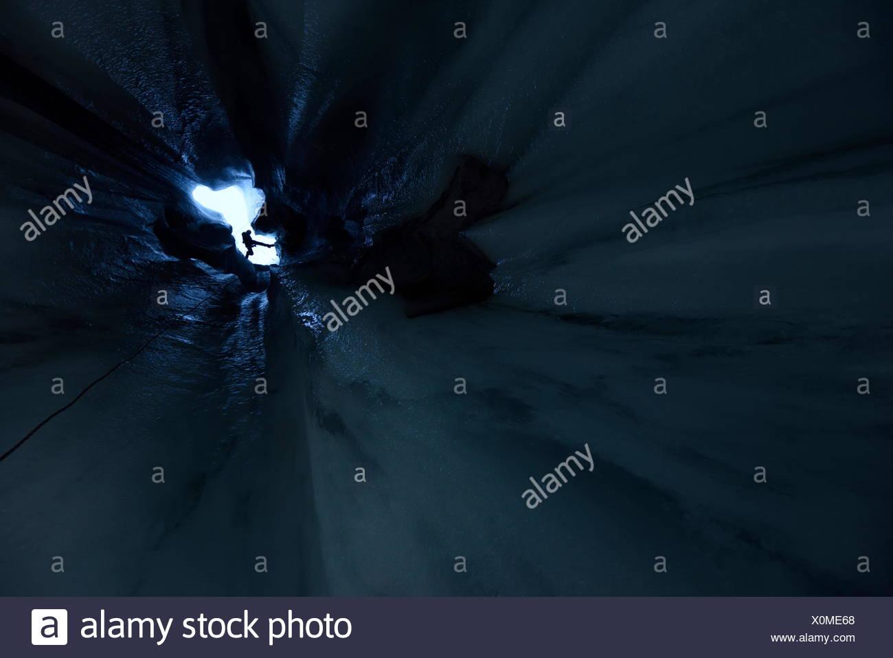 Blick hinauf die Eingang Welle von einem Moulin mit italienischer Höhlenforscher Alessio Romeo posieren nahe an der Oberfläche. Es war wichtig, beenden Sie diese p Stockbild