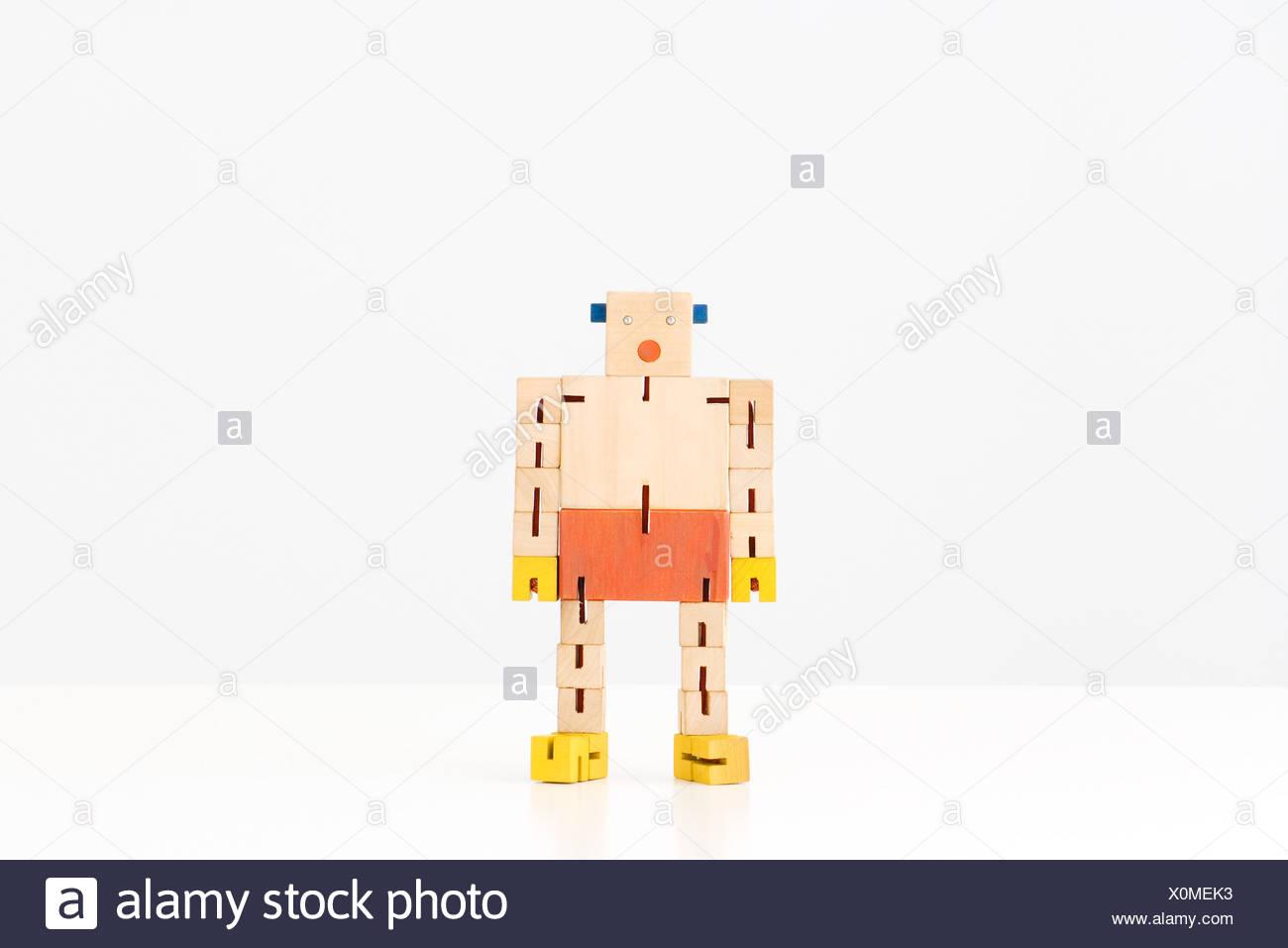 Spielzeugroboter stehend, in voller Länge Stockbild