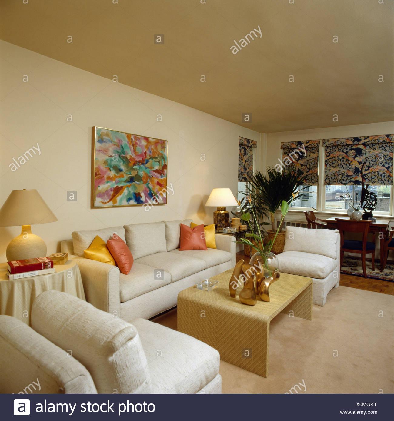 Cremefarbene Sofas Und Stuhle In Neutrale Reihenhaus Wohnzimmer