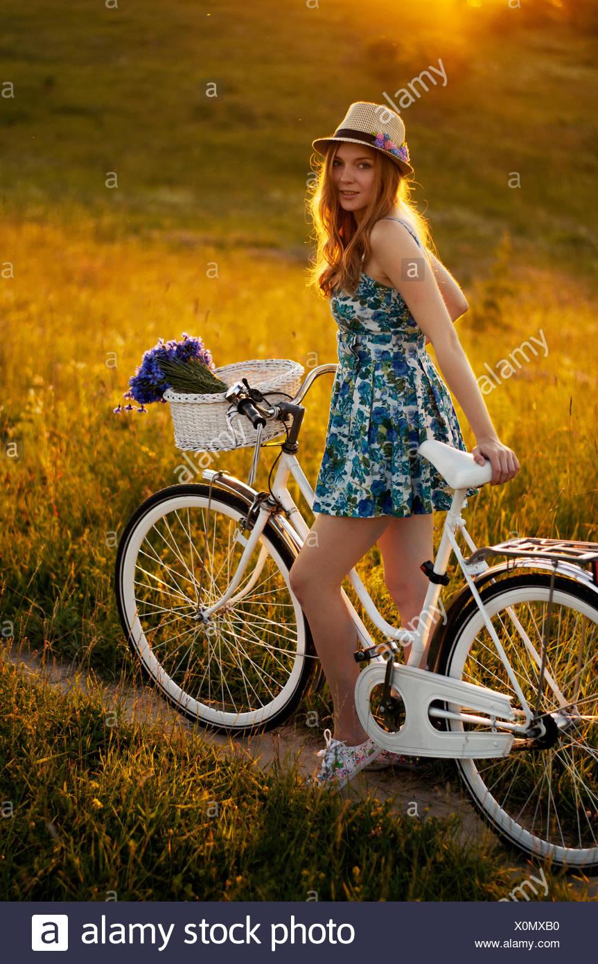 Junge Erwachsene Frauen stehen mit dem Fahrrad Stockbild