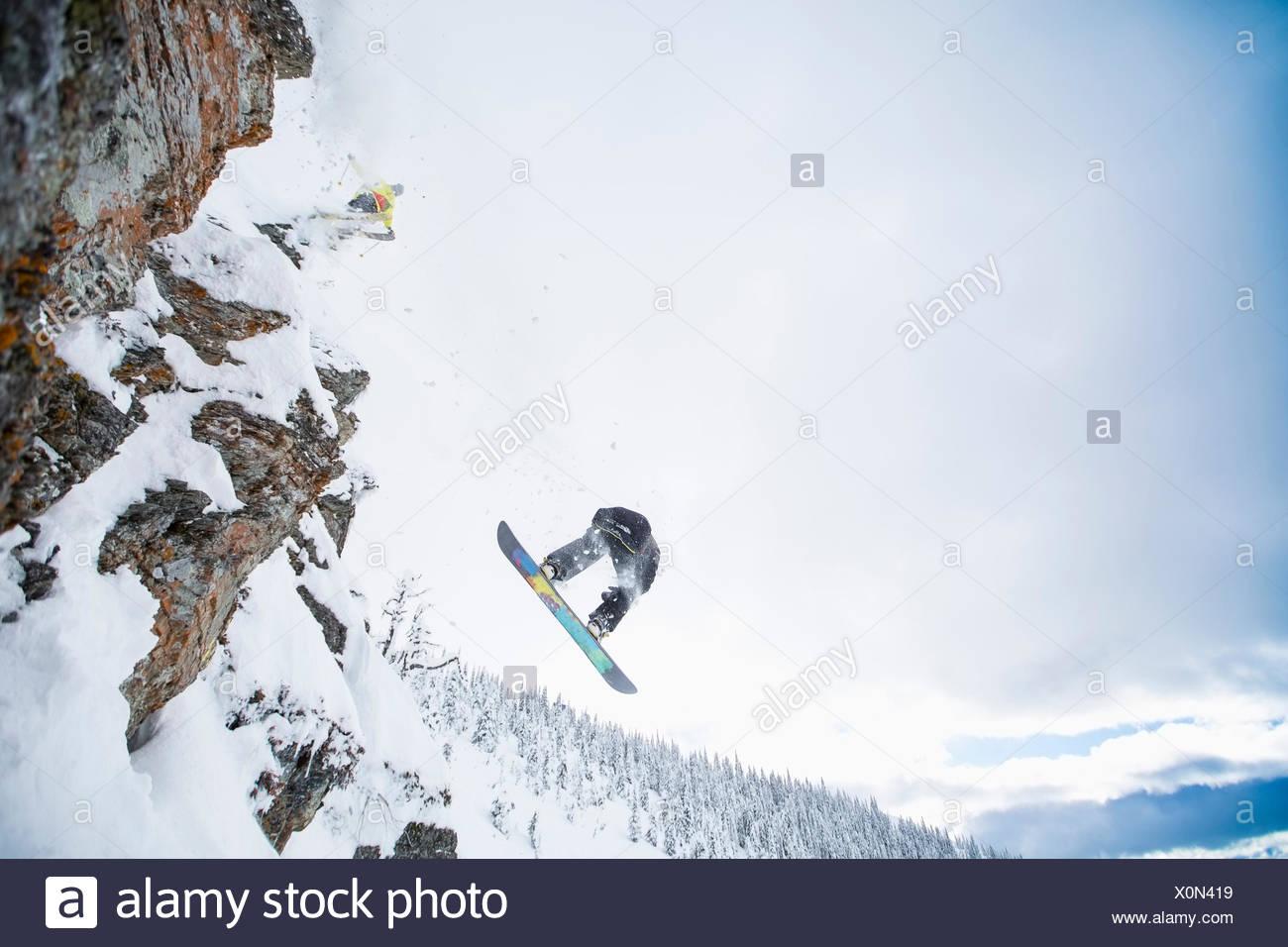 Niedrigen Winkel Blick auf zwei Männer springen von Skipiste Stockbild