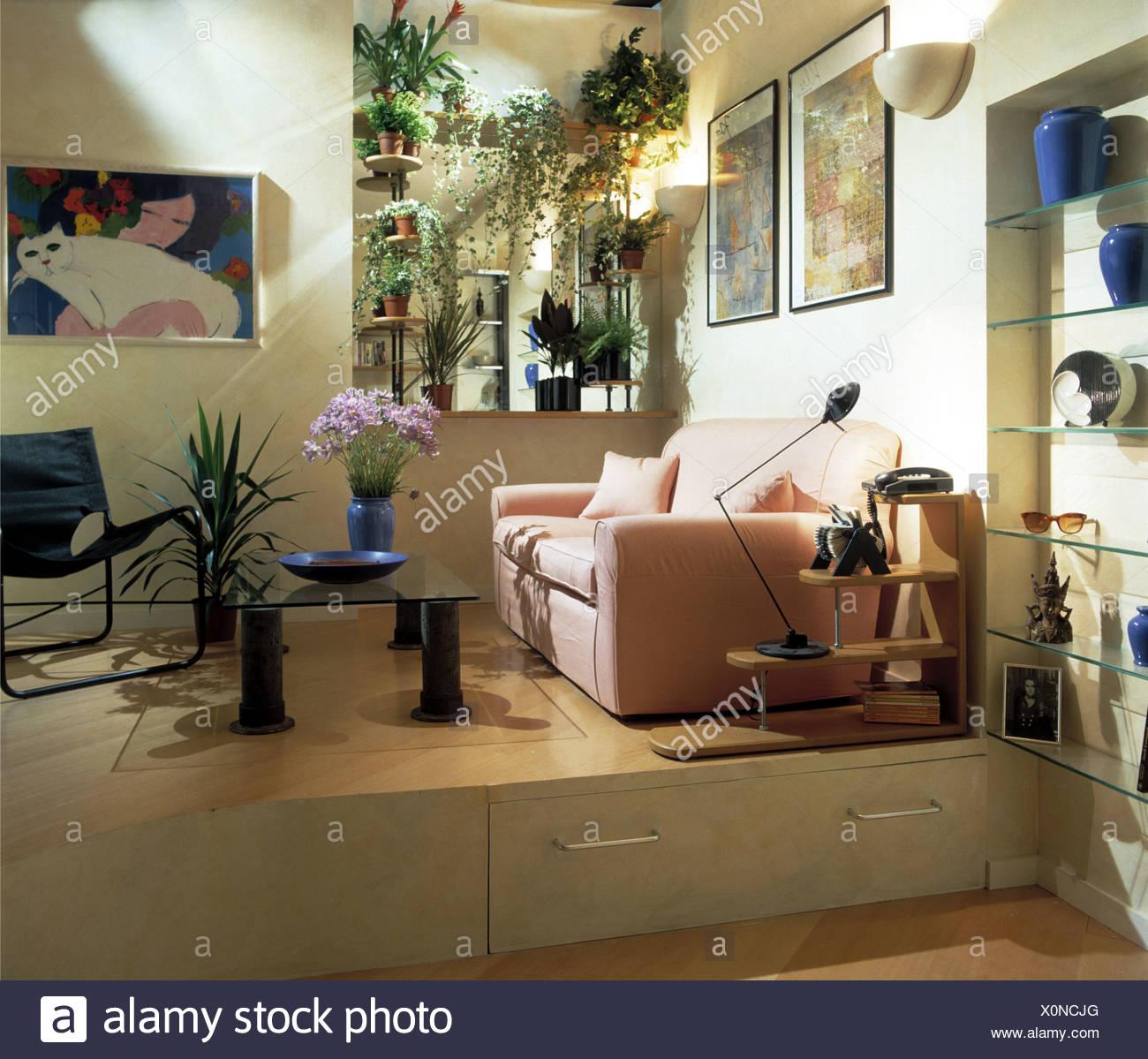 Rosa Sofa-Bett im Wohnzimmer der Wohnung mit Schubladen in Split ...