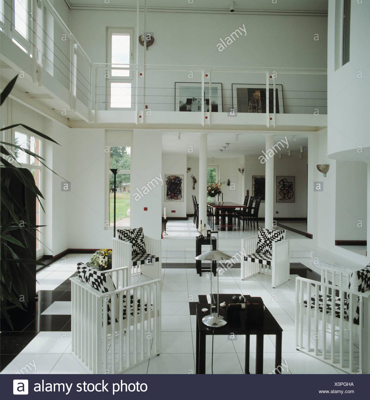 Schwarz / weiß-Kissen auf weißen Stühlen in doppelter Höhe moderne ...