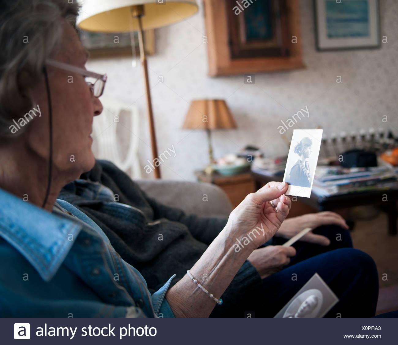 Älteres Ehepaar mit Blick auf Foto Stockbild