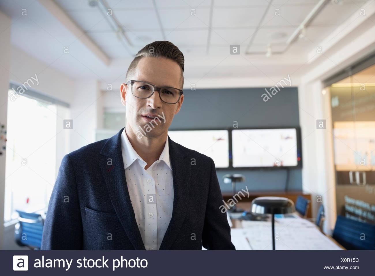 Porträt zuversichtlich Geschäftsmann im Konferenzraum Stockbild