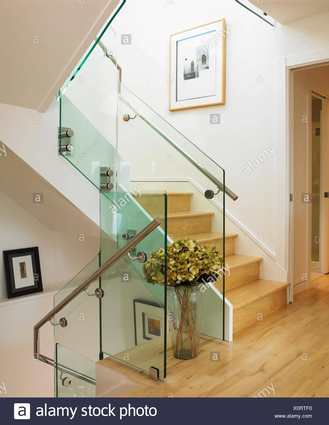 Moderne Treppenhaus Mit Cremefarbenen Wande Und Holzboden Victoria