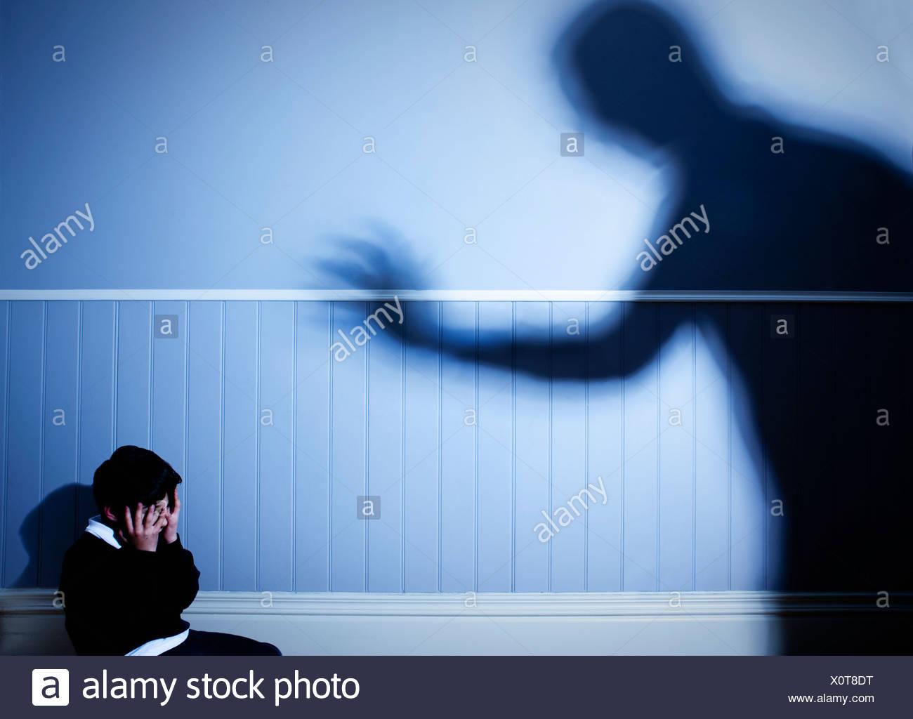 Schatten, die bedrohlich über verängstigten jungen Stockbild