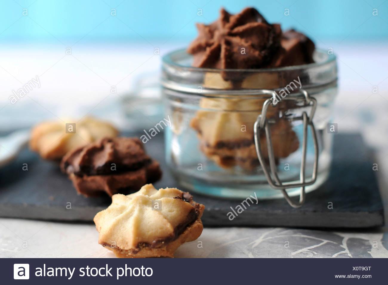 Schokolade und Vanille Kekse mit Schokocreme gefüllt Stockbild