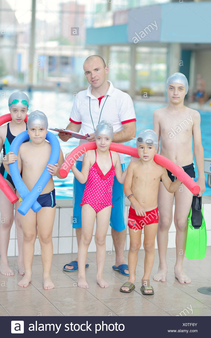 Gruppe der glücklichen Kinder Kinder im Schwimmbad Klasse ...
