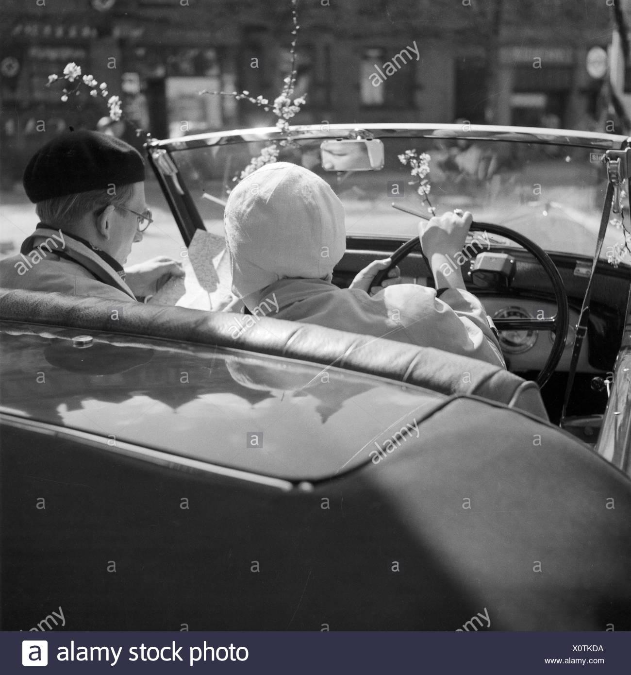 Ein Mann Und Eine Frau in Einem Ford Eifel Cabrio, Deutschland 1930er Jahre. Ein Mann und eine Frau in einem Ford Modell Eifel Cabrio, Deutschland der 1930er Jahre. Stockbild