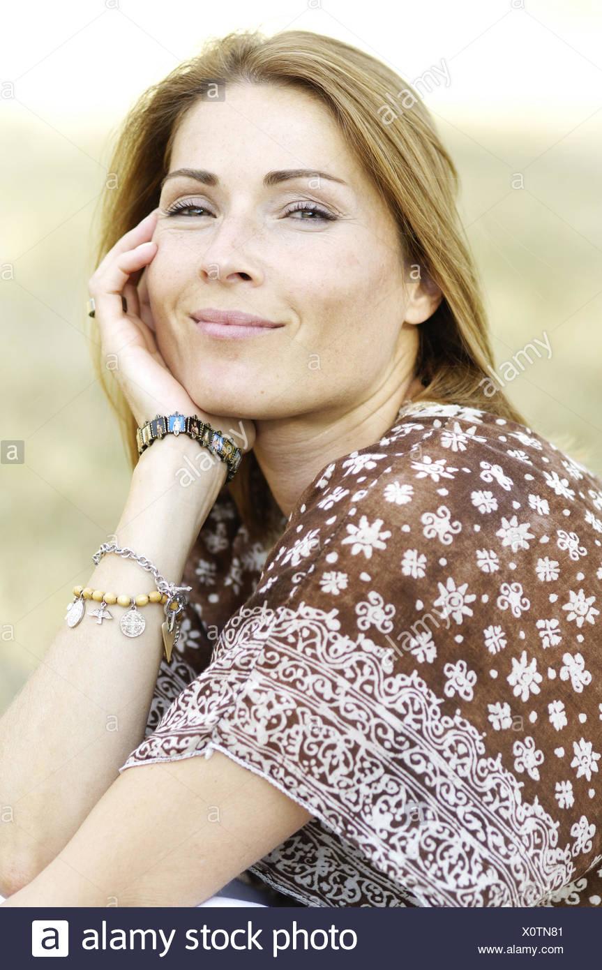 Frau, Lächeln, brünett, natürlich, Kopf, ruhen, Portrait, Model Release, Stockbild