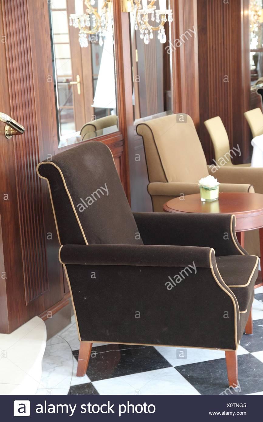 Samt Sessel In Beige Und Braun Stockfoto Bild 275909653 Alamy