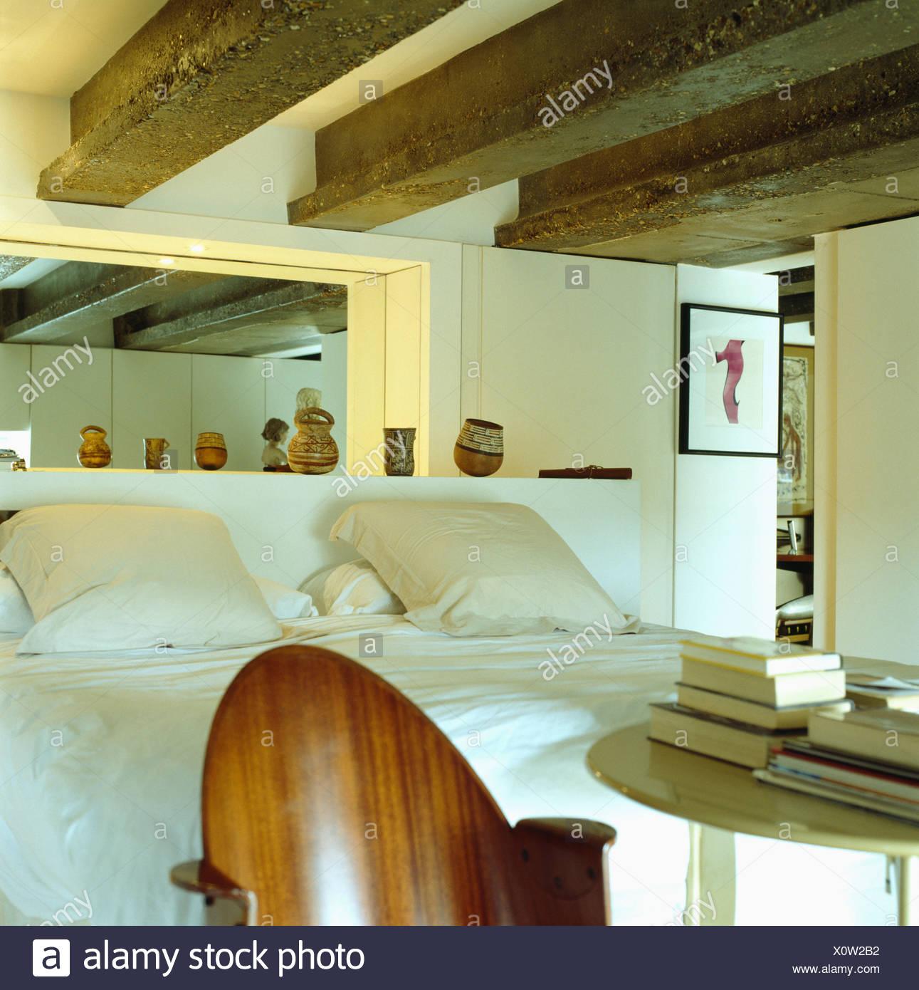 Moderne Möbel Im Traditionellen Landhausstil Schlafzimmer Mit Balkendecke  Und Weiße Bettwäsche