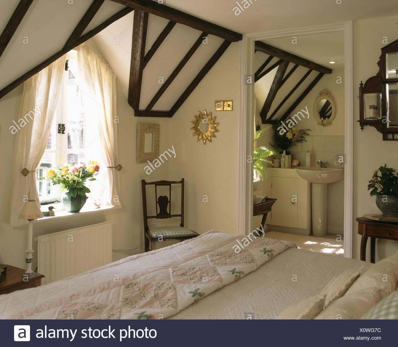 Traditionelle weiße Dachgeschoss Schlafzimmer mit Tür zum Bad ...