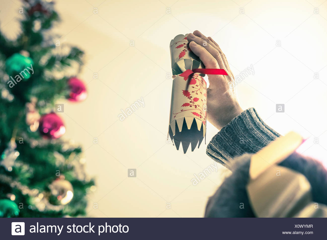 Inhaber verwendet Christmas cracker Stockbild