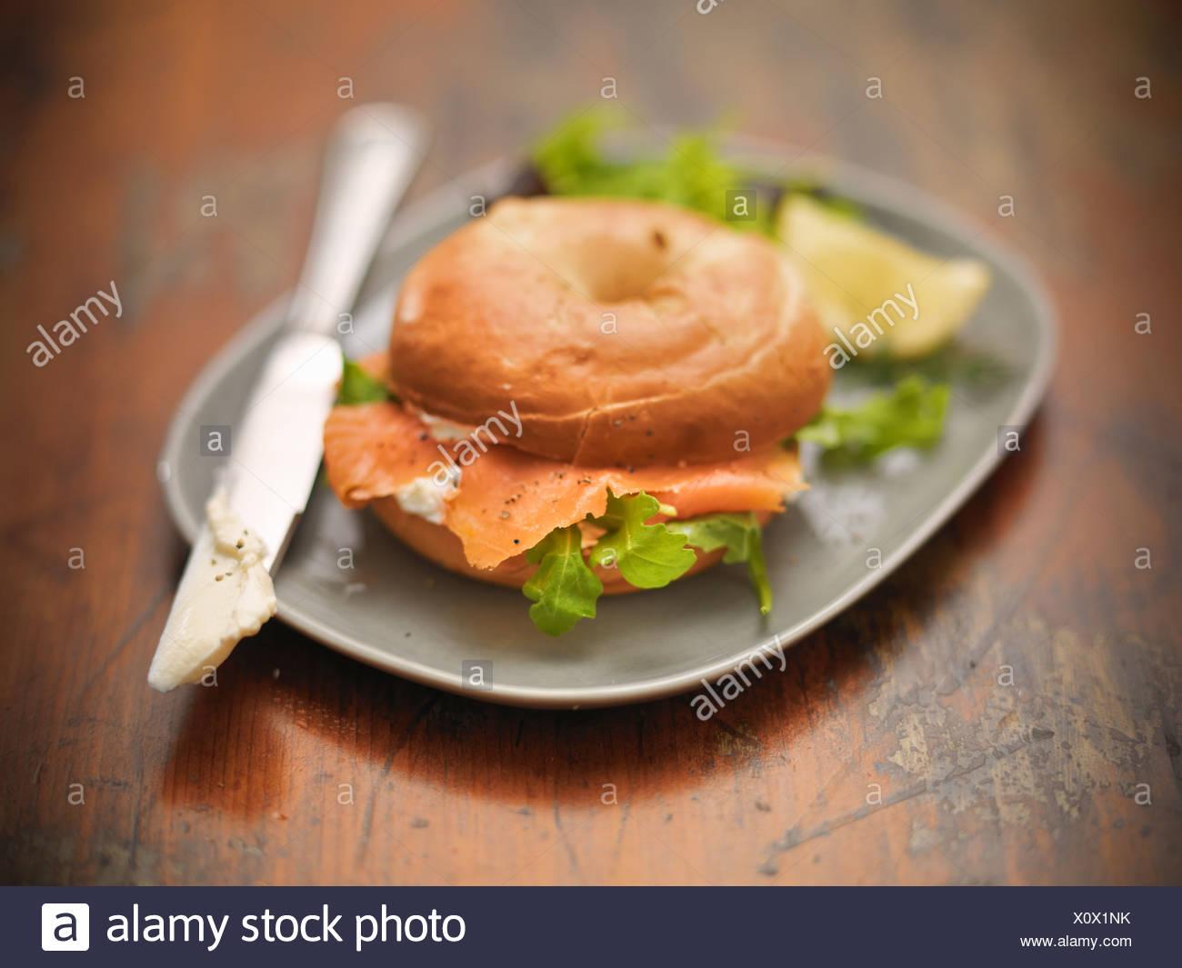 Brötchen Sie mit Frischkäse und Lachs Stockbild