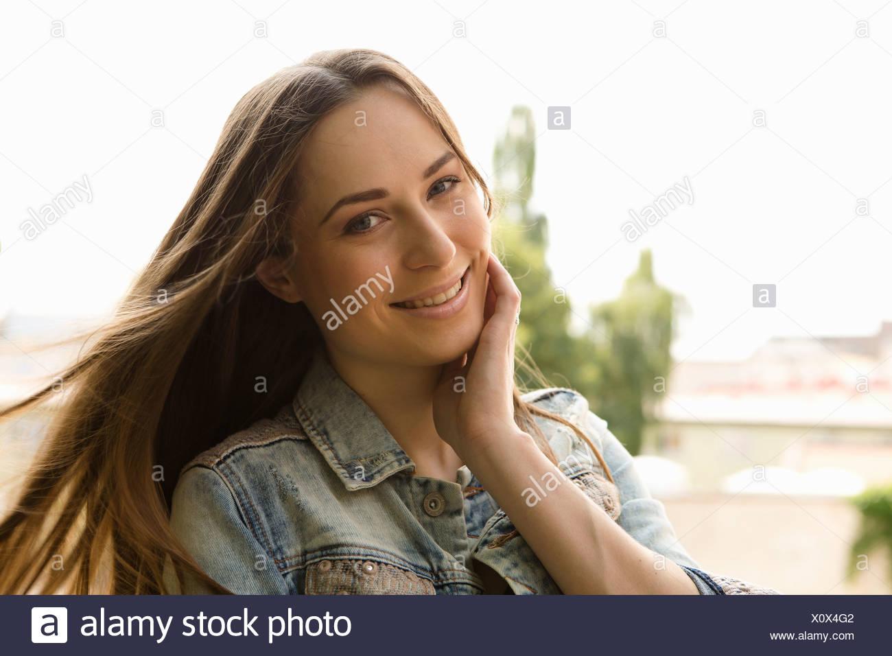 Portrait von Brünette Frau mit Hand auf Wange Stockbild