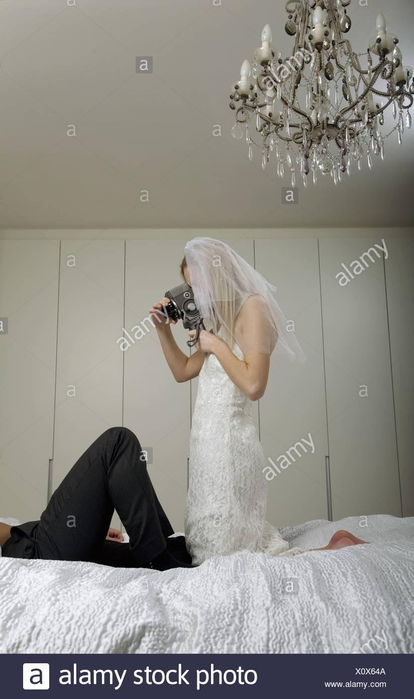 Junge Braut Und Brautigam Dreharbeiten Ihre Hochzeitsnacht Im Bett