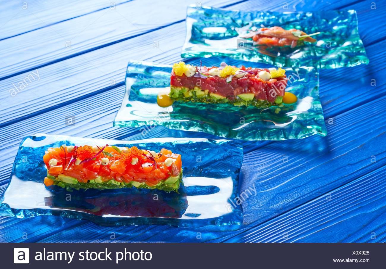 Lachs und Thunfisch Tartar mit Sardellen Tomaten starter Zahnstein Tapas. Stockbild