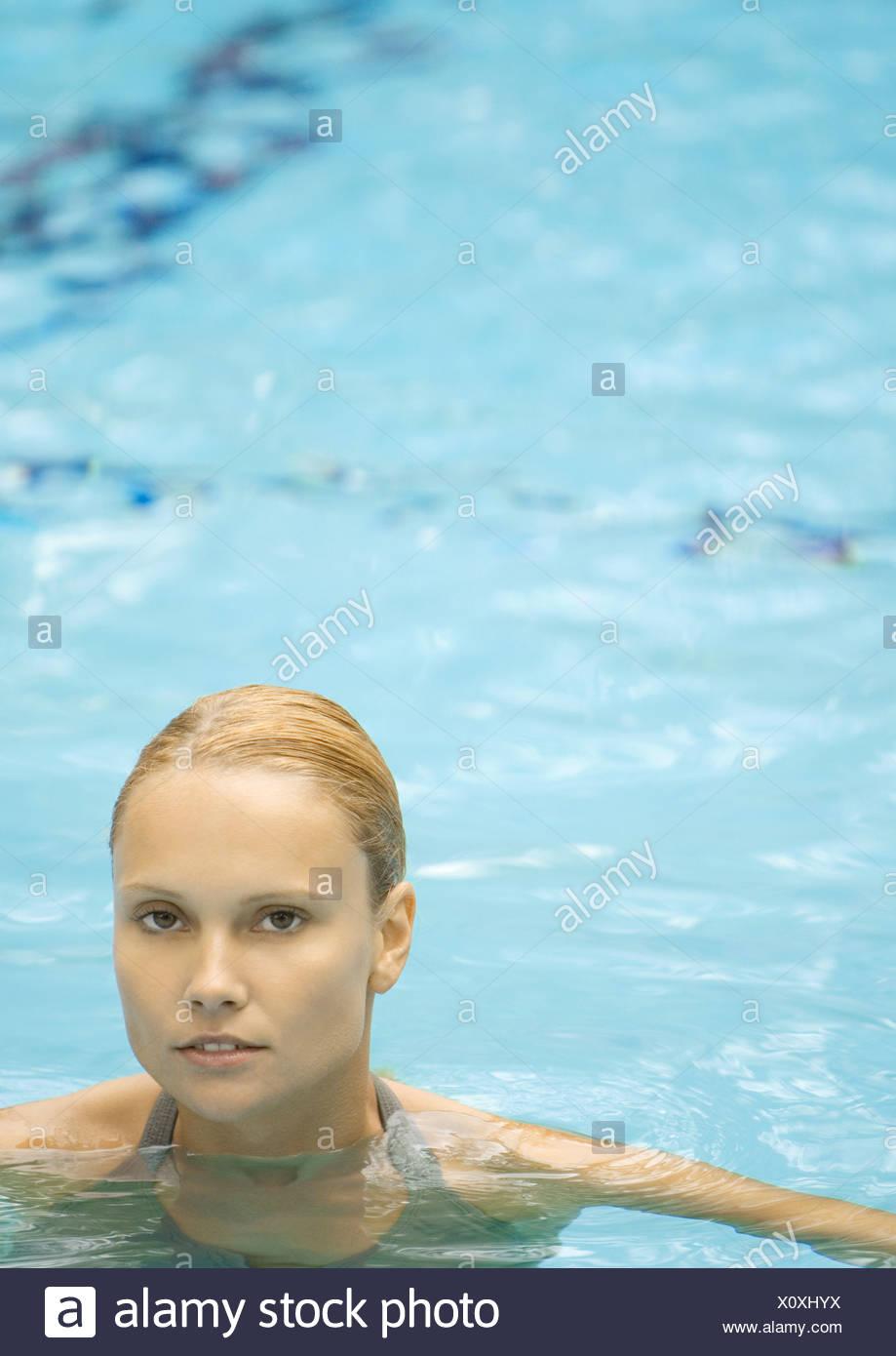 Frau im Pool, Blick in die Kamera Stockbild