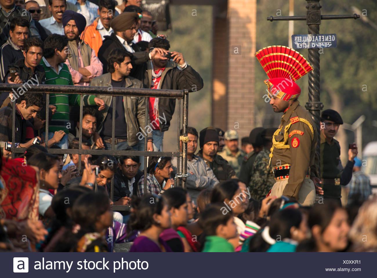 Asien, Indien, Punjab, Amritsar, Pakistanisch, Grenze, Zeremonie, traditionell, Tradition, Wagah, Soldat, Menschenmenge, Nationalismus, indische, Stockbild