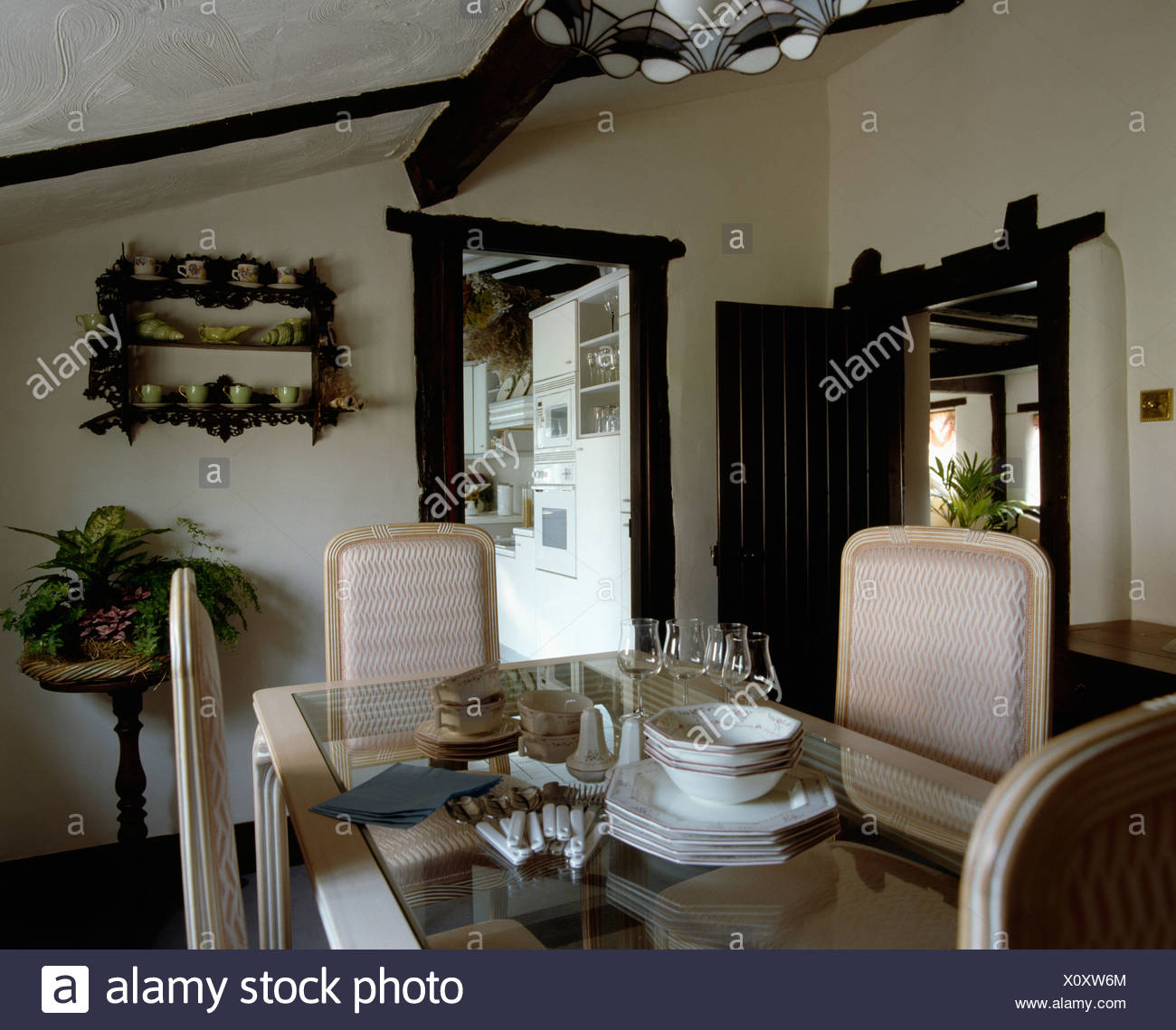 Tisch Mit Glasplatte Und Rosa Polsterstuhle In Traditionellen