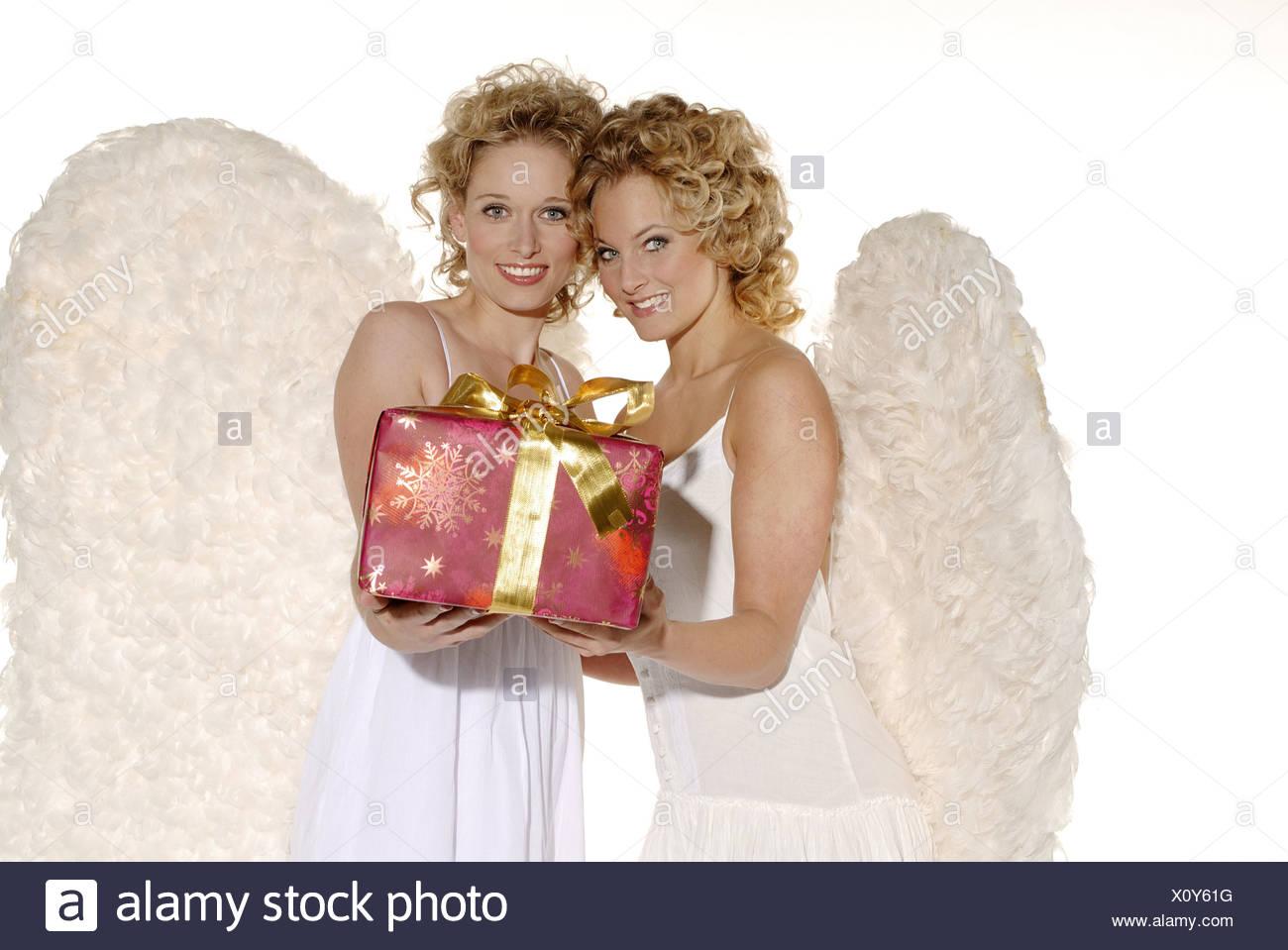 Frauen junge blonde Engelsflügel lächelnd hält fröhlich ...