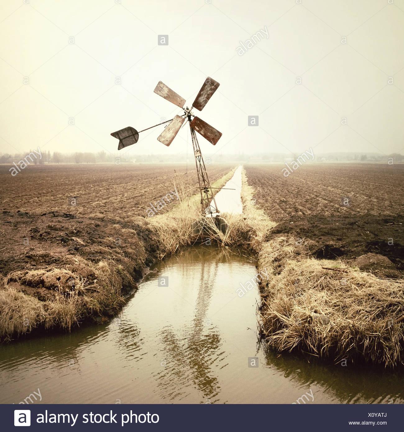 Windkraftanlage auf Feld Stockbild