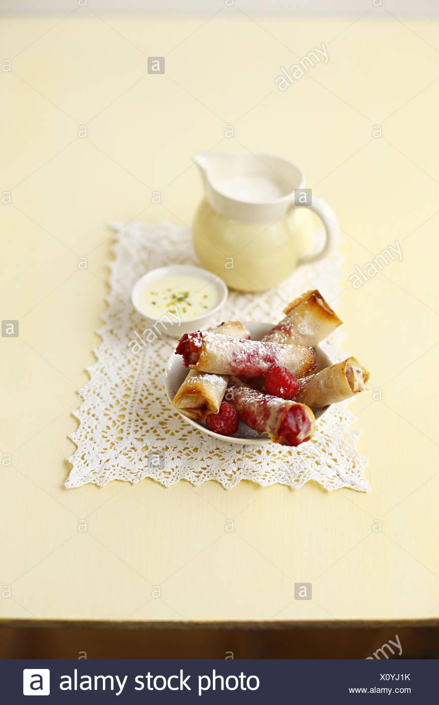 Knusprige Himbeer Filo-Teig-Zigarren Stockbild