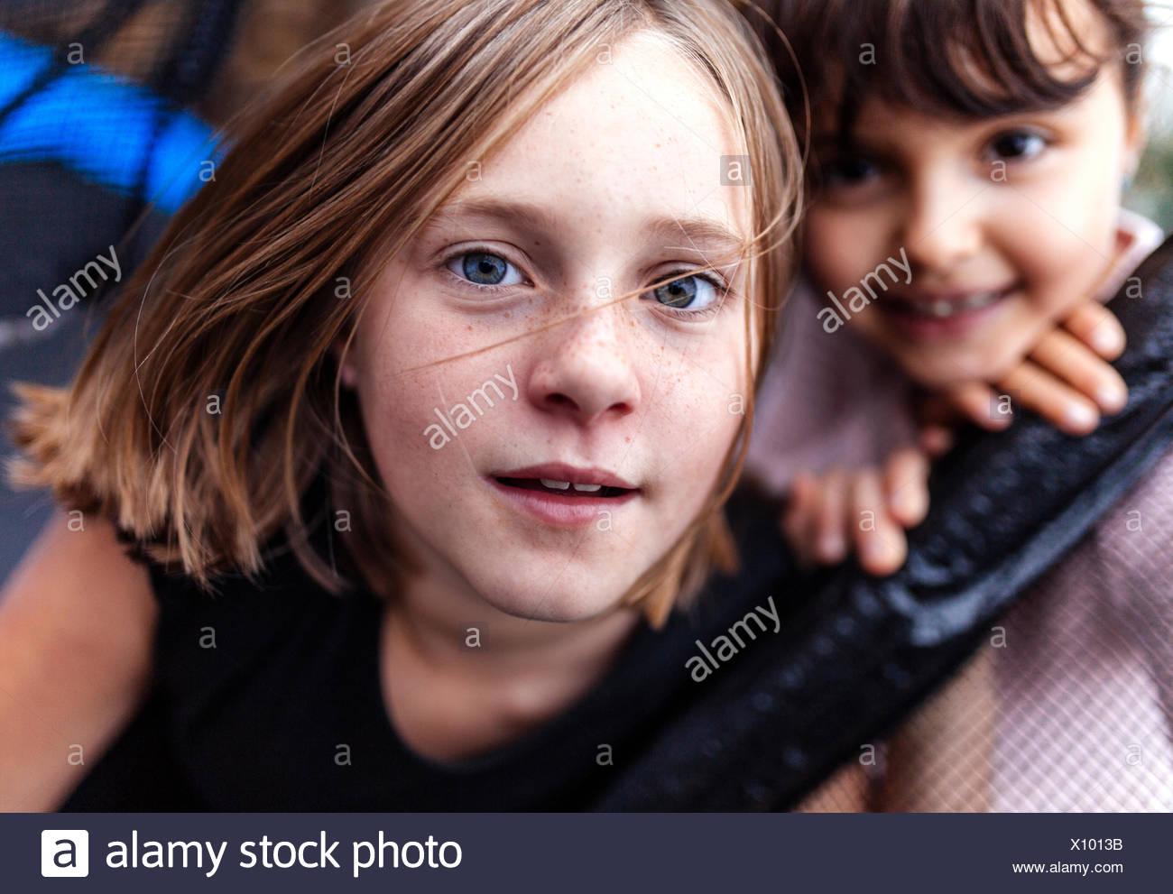 Porträt eines Mädchens mit Sommersprossen Stockbild