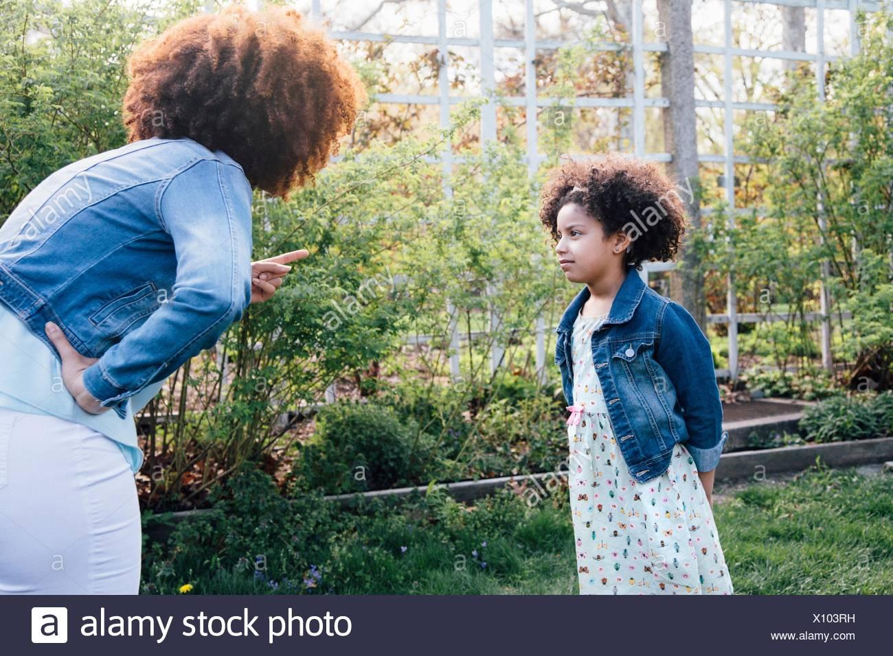 Mutter Schelte Mädchen, hand auf die Hüfte, die Finger zeigen Stockbild
