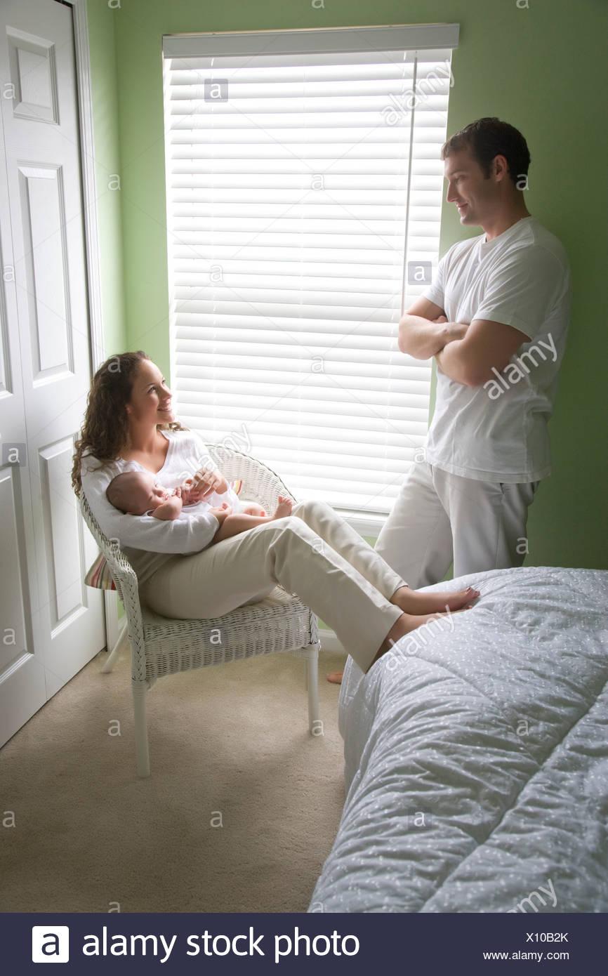 Junges Paar mit 3 Monate alten Baby im Schlafzimmer Stockfoto, Bild ...