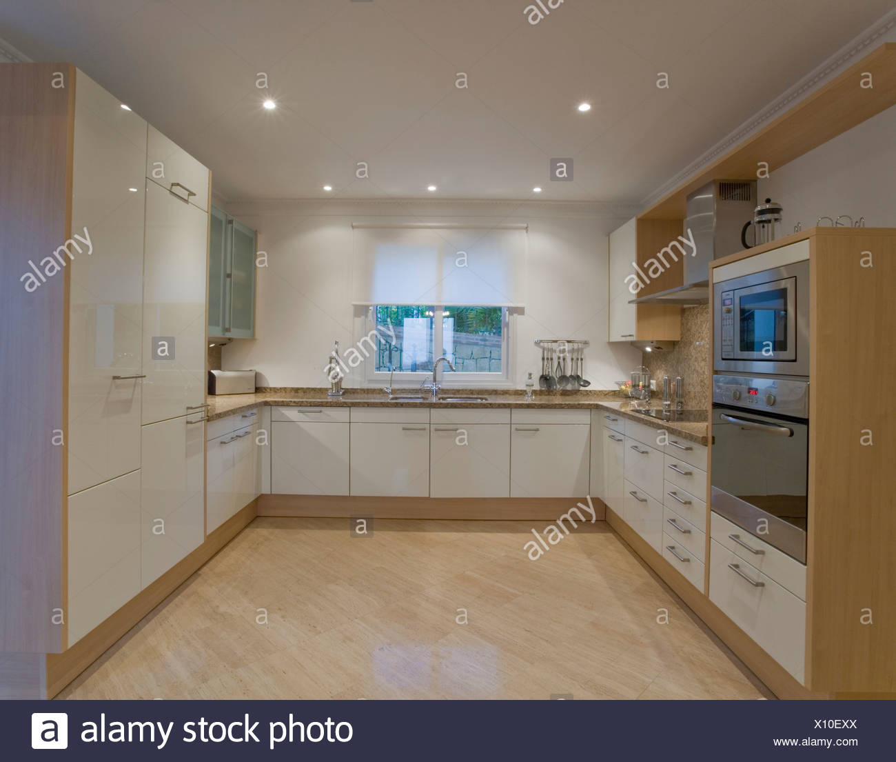 Super Moderne weiße Küche mit Marmorboden Stockfoto, Bild: 275992274 - Alamy RP81