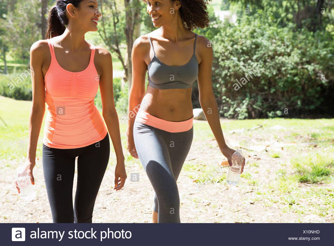 Jugendliche und Erwachsene Frau zu Fuß durch den Park Stockbild